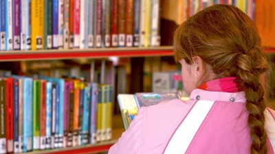 Girl-looking-at-books-in-library-jpg_20150415152610-159532